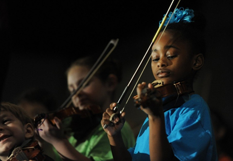 Girl from Sonido Musica plays the violin